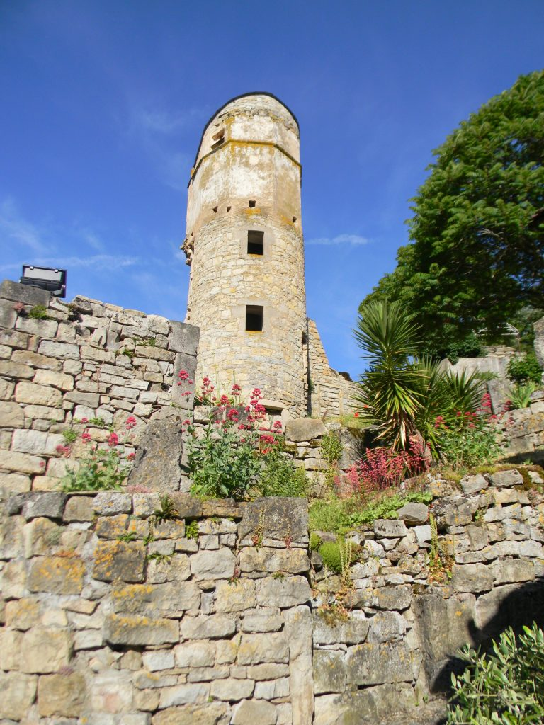 Vue extérieure tour en pierre